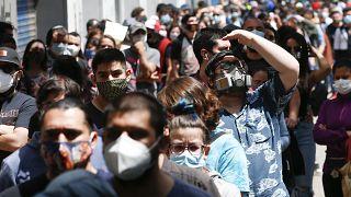 Largas colas para votar en el referéndum constitucional en Santiago de Chile, 25 de octubre 200