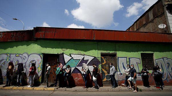 Schlange vor einem Wahllokal in Chile