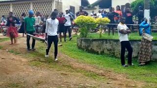 Die Leiche eines der in Kumba getöteten Schulkinder wird weggetragen