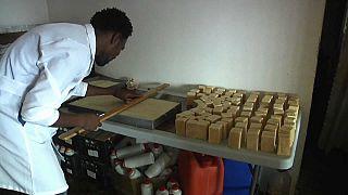 Cap-Vert : les chimistes qui recyclent l'huile de cuisson en savon