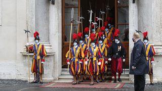 La Guardia Suiza en el patio del palacio de San Dámaso, Ciudad del Vaticano, 24 de octubre 2020