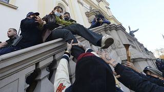 Manifestante detenida a las puertas de una iglesia de Varsovia en Polonia