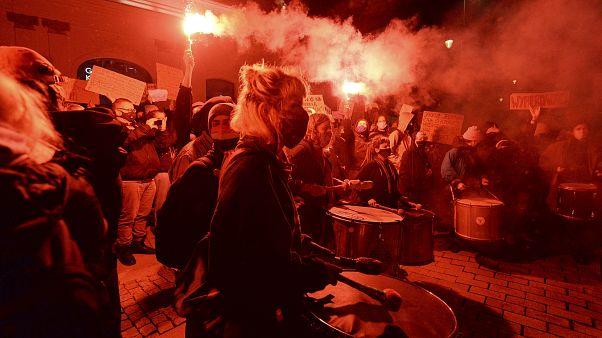 Протестующие говорят о страхе даже перед желанной беременностью и мечтают уехать из страны