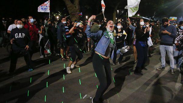 Сторонники обновления Конституции в Чили отмечают результаты референдума