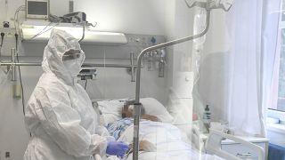 Egészségügyi dolgozó egy beteg mellett a Debreceni Egyetem Kenézy Gyula Egyetemi Kórház Infektológiai Intézetében 2020. október 15-én