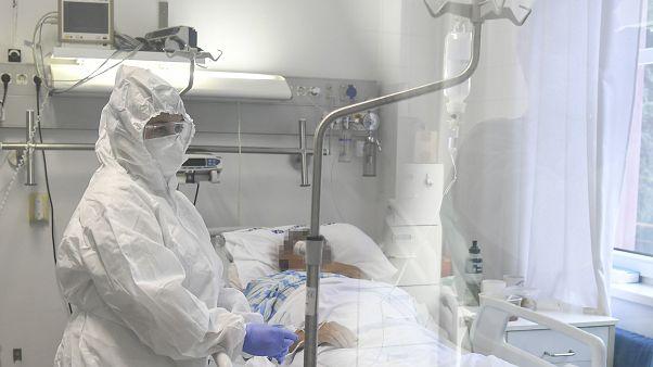 Egészségügyi dolgozó a Debreceni Egyetem Kenézy Gyula Egyetemi Kórház Infektológiai Intézetében Debrecenben