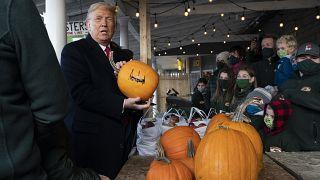 الرئيس الأمريكي دونالد ترامب يوقع يقطين هالوين خلال زيارة انتخابية.