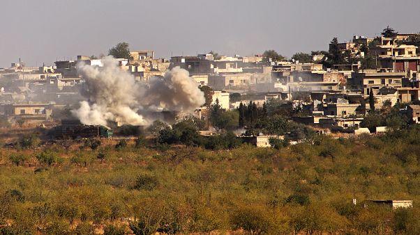 أرشيف- الدخان يتصاعد من أبنية في قرية كنصفرة بريف إدلب الجنوبي الخاضع لسيطرة الثوار شمال غربي سوريا.
