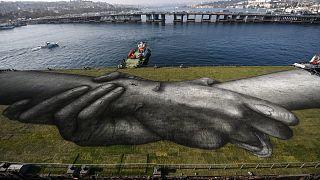 لوحة فنية عملاقة قابلة للتحلل الحيوي للفنان الفرنسي غيوم ليغروس، المعروف أيضًا باسم سايبي في اسطنبول