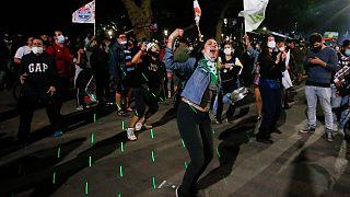شادی مردم در خیابان های شیلی  در پی موافقت با تغییر قانون اساسی