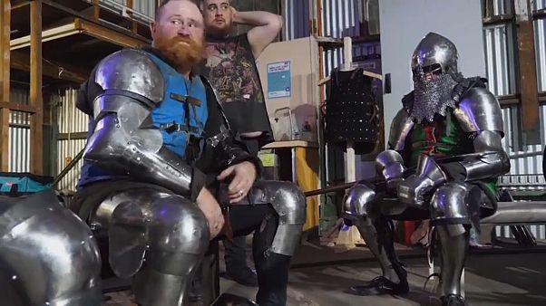 Kämpfer in Ritterrüstungen