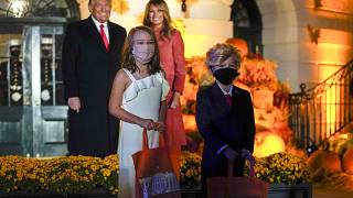 Президент США с супругой и маленькими двойниками отмечает Хеллоуин