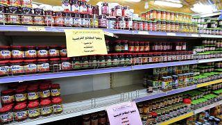 لافتات باللغة العربية تدعو الزبائن إلى مقاطعة المنتجات الفرنسية على أرفف محل تجاري في العاصمة اليمنية صنعاء في 26 أكتوبر / تشرين الأول 2020.