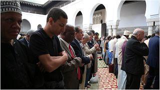 من الصلاة في جامع باريس الكبير