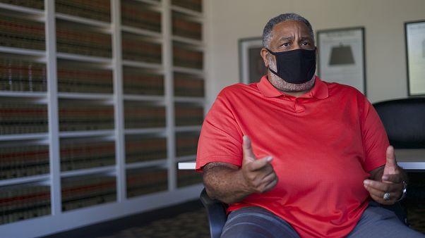 انتوني راي هينتون مواطن أمريكي من أصل أفريقي ظهرت براءته من تهمة قتل بعد أن قضى ثلاثين عاماً في السجن