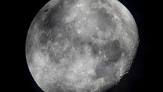 La luna menguante se ve en el cielo sobre Frankfurt, Alemania, el lunes 5 de octubre de 2020.