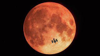NASA anuncia descoberta de água na superf´ície da Lua