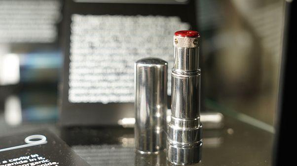مسدس برصاصة واحدة على شكل أحمر شفاه كان يستخدم من قبل جواسيس كي جي بي