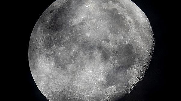 NASA Ay'da su bulunduğunu açıkladı