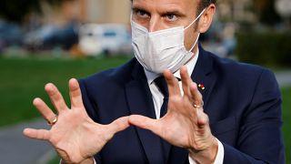 Президент Макрон показывает, как он собирается сдерживать пандемию