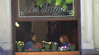 Dos clientas en el café Los Galgos, Buenos Aires, Argentina