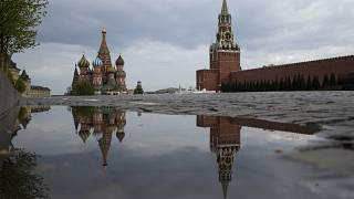 Когда часы на Спасской башне пробьют полночь, россияне будут обязаны везде носить маски
