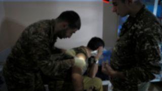 Dağlık Karabağ'daki çatışmalarda yaralanan bir Ermeni asker, bölgede bulunan bir hastanede tedavi görürken.