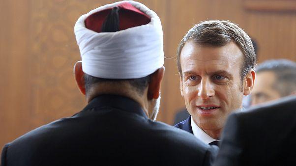الرئيس الفرنسي إيمانويل ماكرون يلتقي مع الشيخ أحمد الطيب، رئيس الأزهر، المؤسسة الإسلامية الرائدة في العالم الإسلامي السني، خلال زيارته لمقر الأزهر في القاهرة. ارشيف 2019