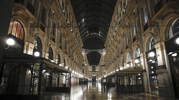 La galería de Vittorio Emanuele II está desierta en Milán, en el norte de Italia tras el decreto del toque de queda. Foto tomada el 25 de octubre de 2020.