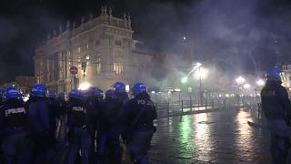İtalya'da yeni koronavirüs kısıtlamalarını protesto eden binlerce gösterici polisle çatıştı
