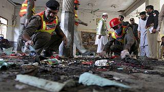 Pakistanische Rettungskräfte sind nach einer Bombenexplosion in einer Koranschule im Einsatz, 27.10.2020