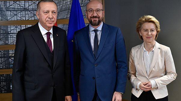 الرئيس التركي رجب طيب أردوغان ورئيس المجلس الأوروبي شارل ميشيل ورئيسة المفوضية الأوروبية أورسولا فون دير لاين في مبنى المجلس الأوروبي في بروكسل