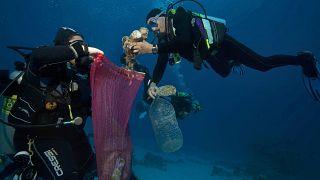 Mısır'da denizden plastik toplayan dalgıçlar