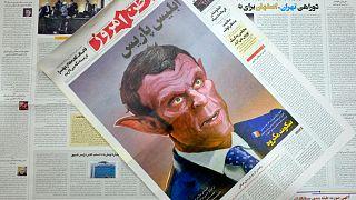 الصفحة الأولى من طبعة الثلاثاء 27 أكتوبر 2020 من صحيفة إيران المتشددة، وطن إمروز تصور الرئيس الفرنسي ماكرون على أنه الشيطان في رسم كاريكاتوري.