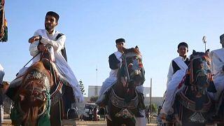 شاهد.. الخوف من كورونا لم يمنع الليبيين عن المشاركة في مهرجان الفروسية والسيارات