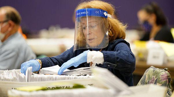 En esta foto de archivo del 24 de octubre de 2020, Paula Plotkin procesa las papeletas de voto por correo en el Bergen Community College en Paramus, Nueva Jersey.