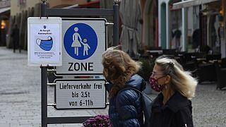 Passanten in einer Einkaufsstraße in Berchtesgaden, 26.10.2020