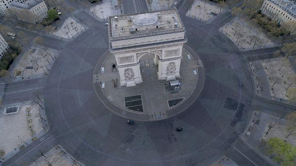ساحة شارل ديغول مع قوس النصر في المنتصف في باريس.