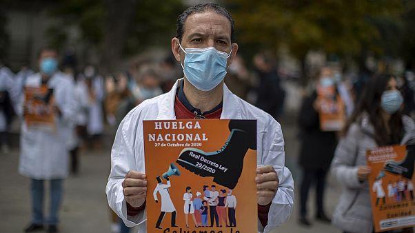 Στιγμιότυπο από τη διαμαρτυρία των νοσηλευτών στην Ισπανία