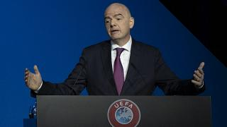 Presidente da FIFA apresenta sintomas ligeiros e está em isolamento