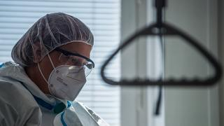 Védőruhába öltözött egészségügyi dolgozó az Észak-Közép-budai Centrum Új Szent János Kórház és Szakrendelő Kútvölgyi tömbjében