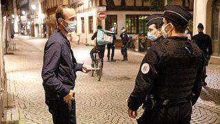 La police contrôle pendant le couvre-feu à Strasbourg en France, le 24 octobre 2020