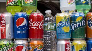 مشروبات غازيةمختلفة ومعروضة للبيع.