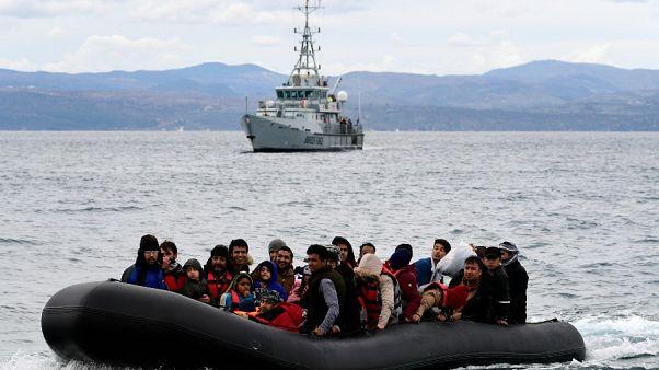 قایق پناهجویان در مقابل یکی از کشتی های فرونتکس در آب های یونان