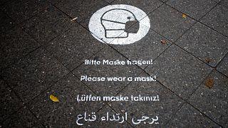 تذكير لارتداء الكمامات في أحد شوارع برلين.