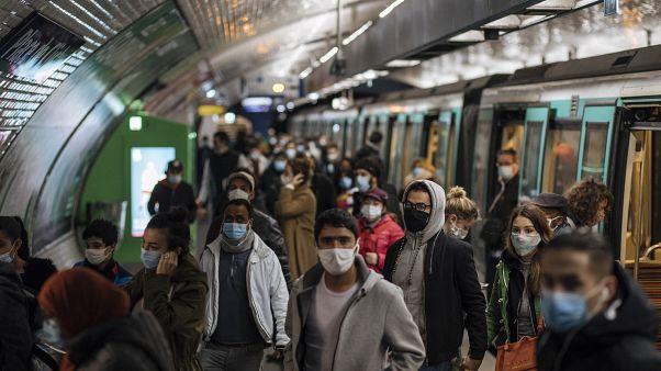 Pasajeros con mascarillas caminan por el andén de un metro de París, el domingo 25 de octubre de 2020.
