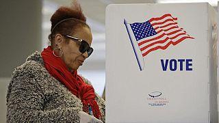 Избирательница голосует на досрочных выборах, пятница, 13 марта 2020 года, в Кливленде.