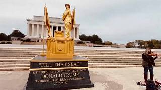 Trump mit Bibel und am Urinieren: Lebende Statuen in Washington