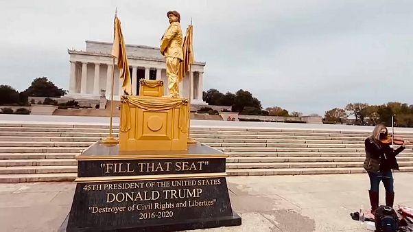 """شاهد: تشييد تمثال """"ترامب الذهبي"""" للسخرية من سياسات الرئيس الأمريكي"""