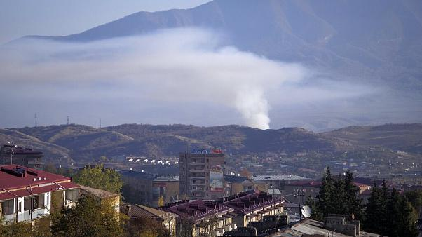 دخان يتصاعد بعد قصف مدفعي لأذربيجان في منطقة ستيباناكيرت في ناغورني قاره باغ
